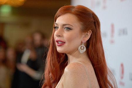 Lindsay Lohan aparentemente recibió un puñetazo en la cara después de acusar a una pareja de traficar con sus hijos en un extraño video