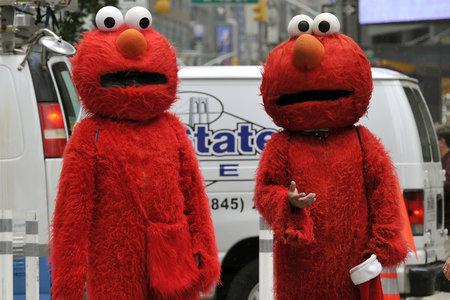 Un bărbat îmbrăcat în costum Elmo a fost arestat pentru o tânără despre care se presupune că bâjbâia în Times Square