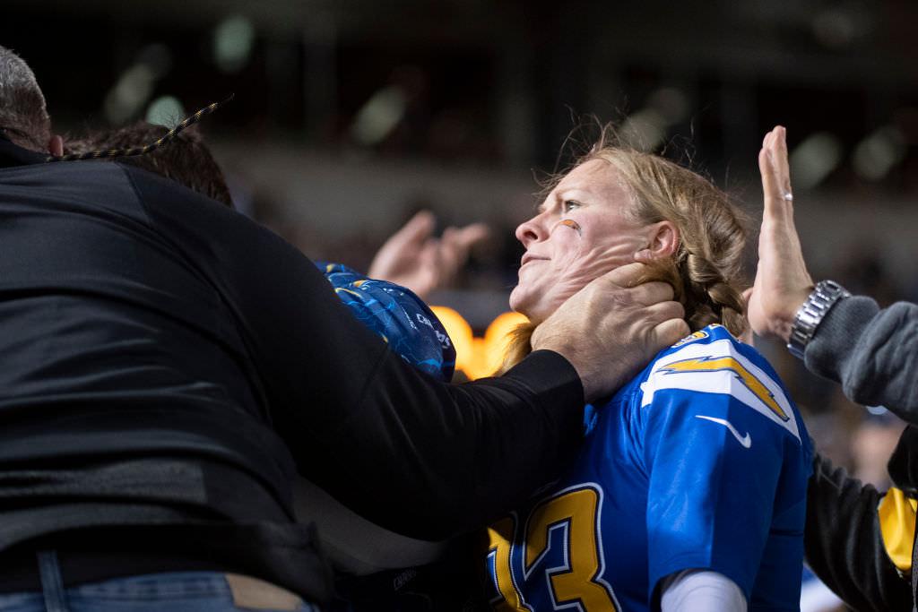 Dramaatiline pilt näitab, kuidas Pittsburgh Steelersi toetaja haarab rasedatest laadijatest kaela