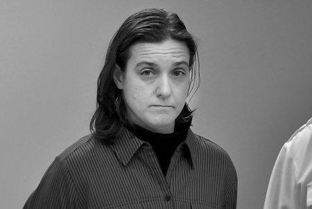 מיהי אנני דוקהאן, המעבדה העקומה מעוקמת, שהוצגה בסרט 'כיצד לתקן שערוריית סמים'?