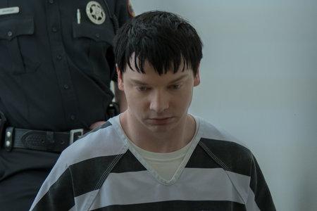 """""""Valisite selle pimedasse kohta mineku:"""" Calum Worthy Set Crime Scene Photos on telefoni taust, et valmistuda ette """"Act"""" rolliks"""