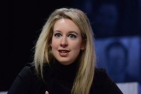 Vậy, Elizabeth Holmes đã thuyết phục các nhà đầu tư tin vào trò lừa đảo hàng loạt của mình như thế nào?