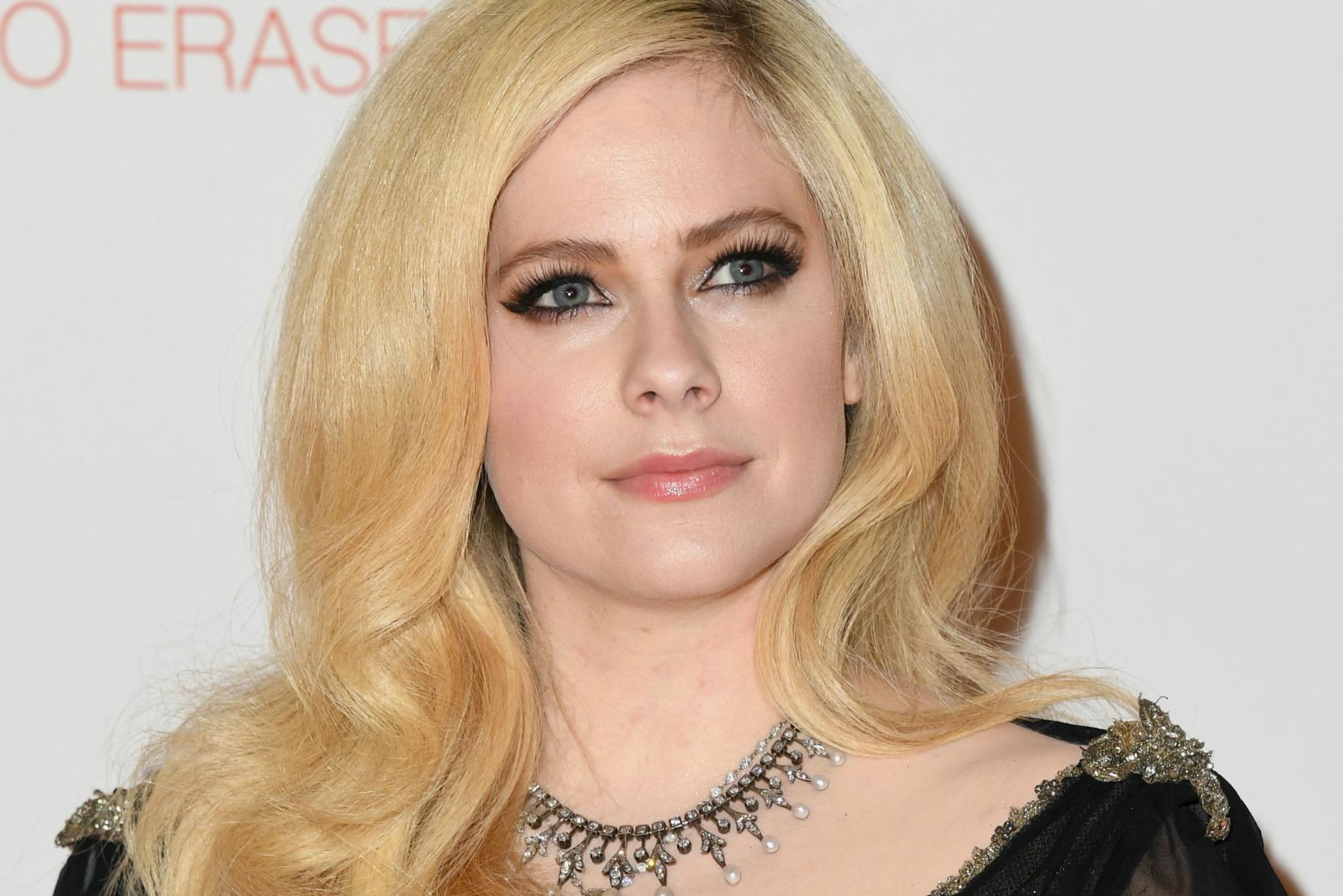 Είναι ο Avril Lavigne νεκρός ή ένας απατεώνας; Κόλαση Όχι, Φαίνεται πανέμορφη στην πρώτη της εμφάνιση σε 2 χρόνια