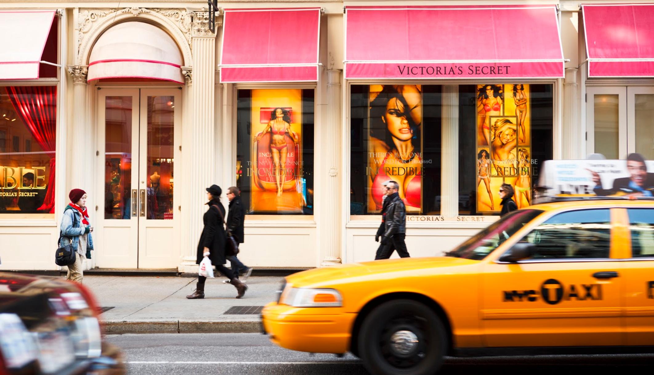 Victoria's Secretis mansetis olev must naine süüdistab rasside profileerimist